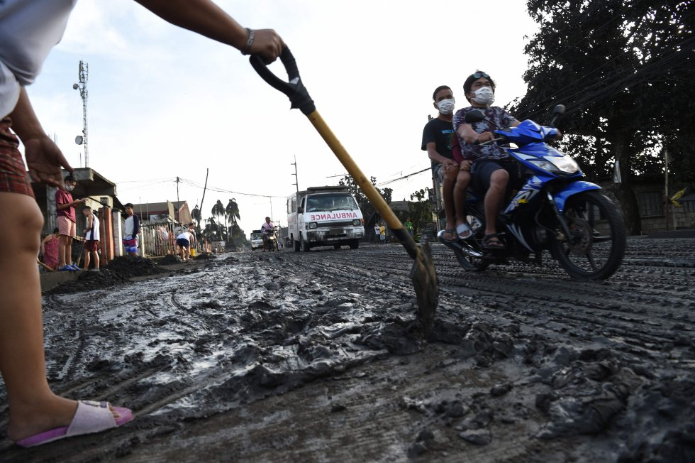 Un residente usa una pala para limpiar el lodo y las cenizas arrojadas por el volcán Taal en la ciudad de Tanauan, provincia de Batangas, al sur de Manila, el 13 de enero.
