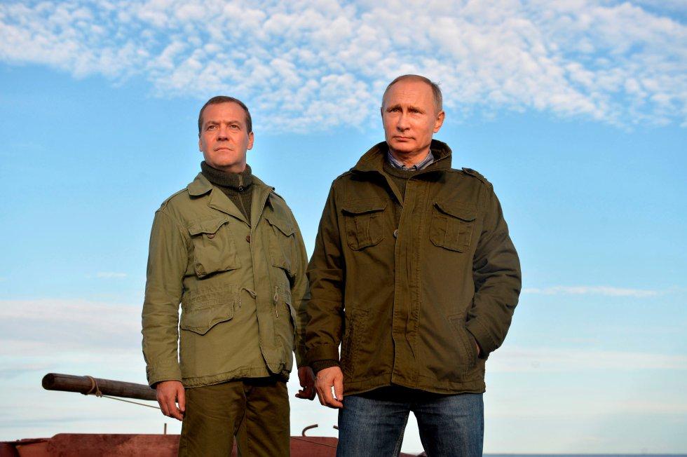El presidente ruso, Vladimir Putin, y el primer ministro, Dmitry Medvédev, durante una excursión en el lago Ilmen, en la región de Novgorod (Rusia), el 10 de septiembre de 2016.