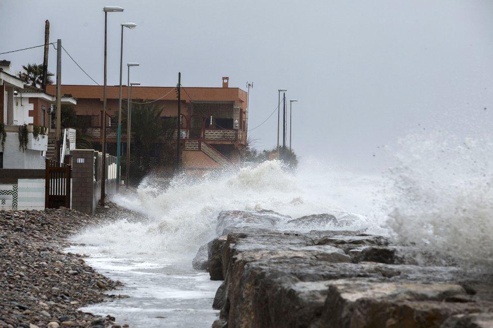 Efectos del temporal de viento y lluvia en la localidad de Nules en Castellón, este lunes.