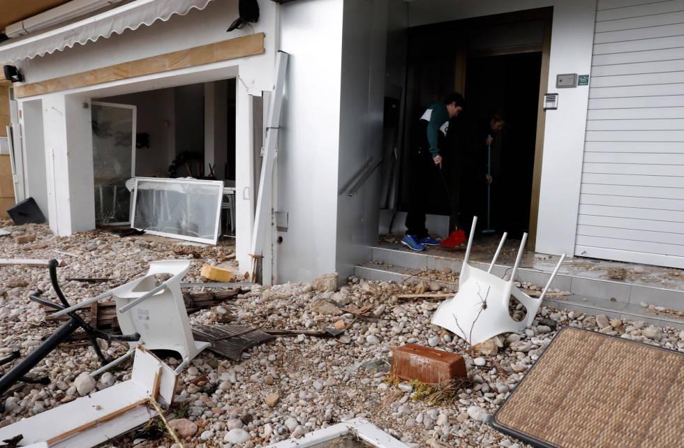 Desperfectos causados por el temporal Gloria en la localidad alicantina de Jávea, este lunes.