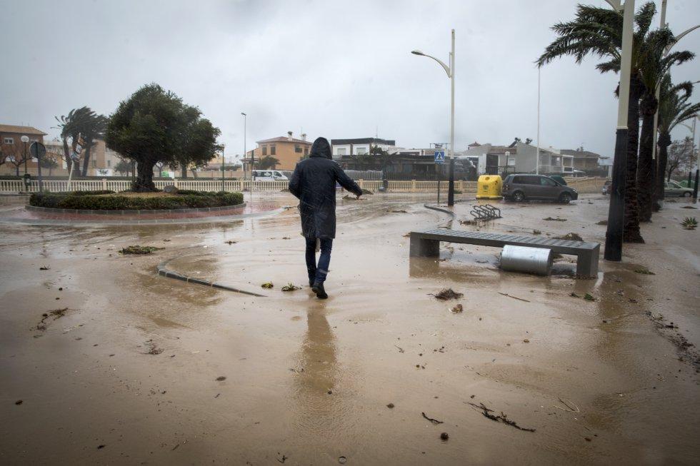 El agua del mar entra en el núcleo urbano de la localidad de la Oliva, este lunes.