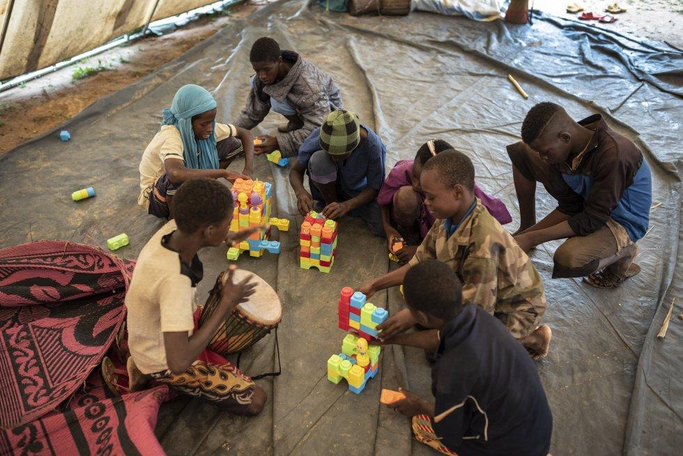 Los alumnos practican con juegos en la escuela del campo de desplazados de Banguetabá. Jugar es parte esencial del proceso de socialización de los huidos por el conflicto.