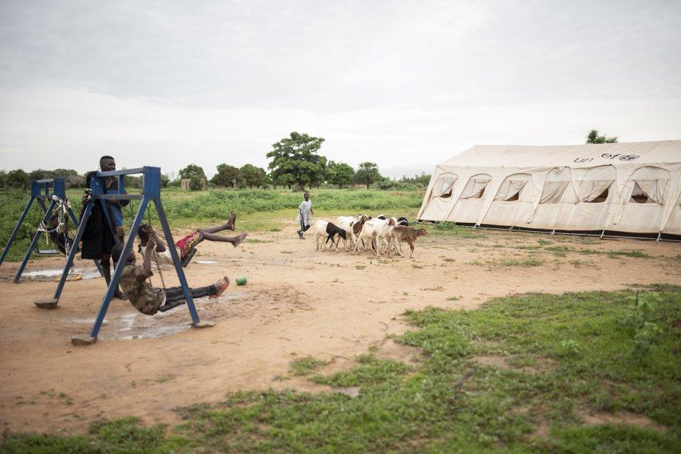 Columpios sobre un trozo de red en el campo de desplazados. Medio centenar de familias viven en este lugar en casetas improvisadas.