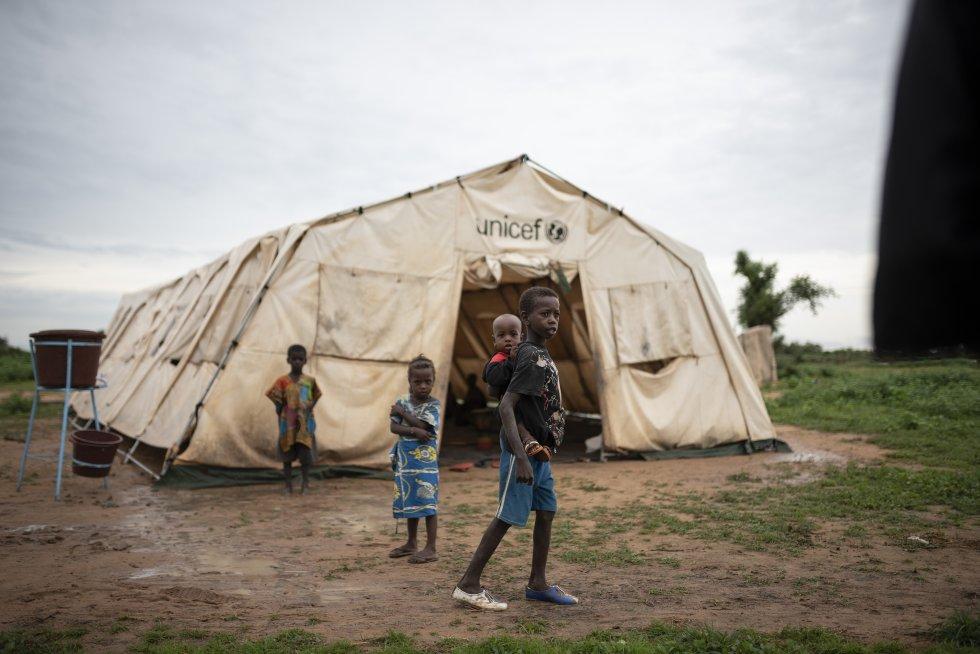 Una escuela improvisada en el campo de desplazados de Banguetabá, a las afueras de Mopti. En esta tienda reciben nociones básicas para leer y escribir unos 134 niños y niñas.