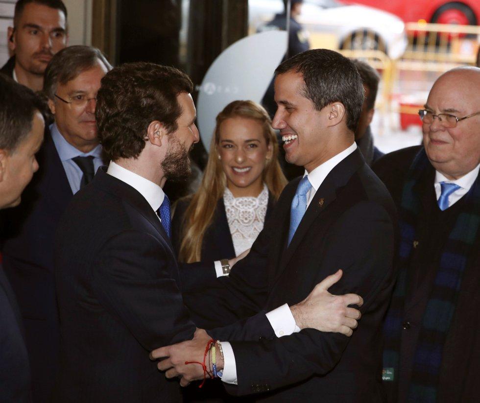 El presidente del PP, Pablo Casado (izquieda), saluda este sábado al presidente de la Asamblea Nacional de Venezuela, Juan Guaidó, en presencia Lilian Tintori, esposa de Leopoldo López, poco antes de reunirse en la Casa de América de Madrid.