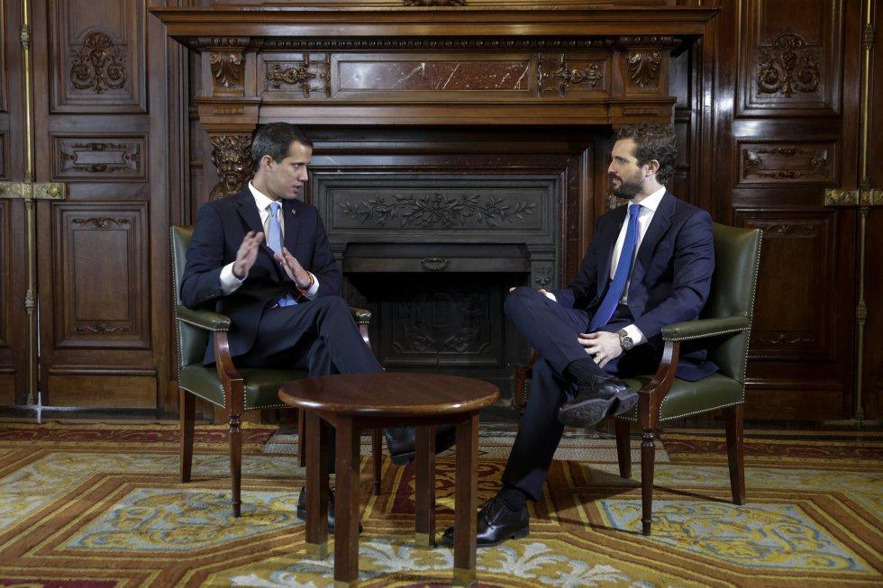 El presidente del PP, Pablo Casado (derecha), durante una conversación con el presidente de la Asamblea Nacional de Venezuela, Juan Guaidó, en la Casa de América de Madrid.
