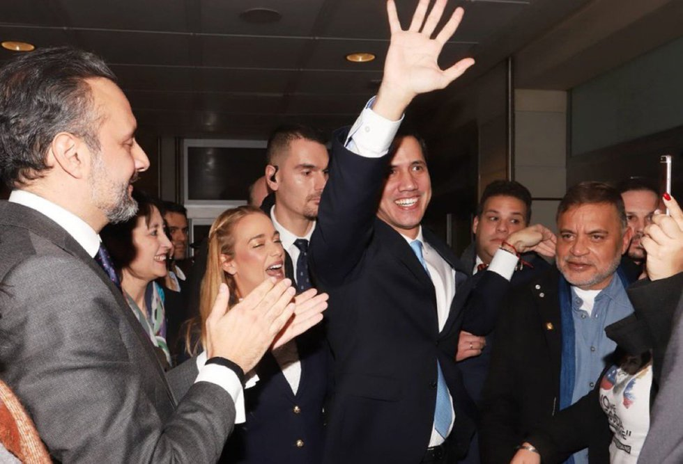 Juan Guaidó saluda, tras su llegada a Madrid, detrás de él la activista venezolana Lilian Tintori.