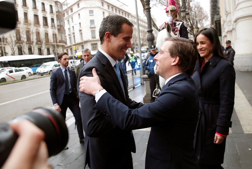 El alcalde de Madrid, José Luis Martínez-Almeida, junto a la vicealcaldesa, Begoña Villacís, saluda al presidente encargado de Venezuela, Juan Guaidó, a su llegada al Ayuntamiento de Madrid donde se le entregará la llave de oro de la ciudad.