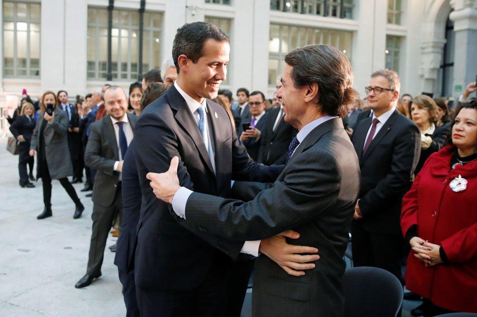El expresidente del Gobierno José María Aznar y el presidente encargado de Venezuela, Juan Guaidó (izquierda), en el Ayuntamiento de Madrid.