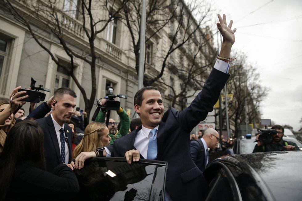 Juan Guaidó saluda en el exterior de la Casa de América.