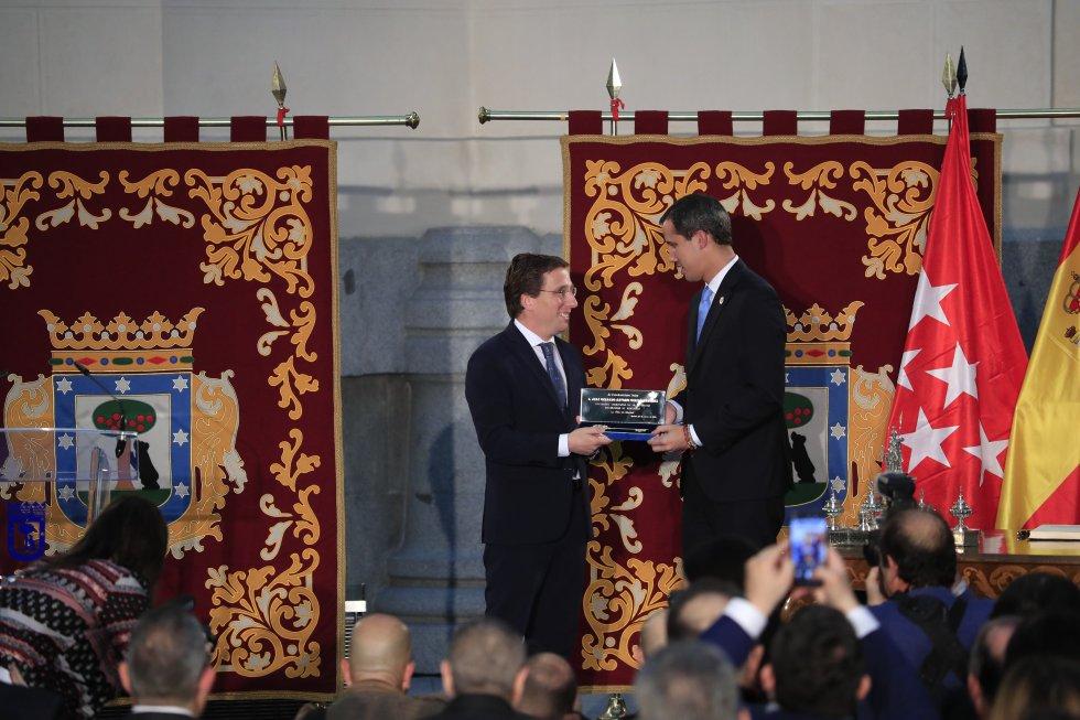 El presidente encargado de Venezuela, Juan Guaidó recibe de manos del alcalde de Madrid, José Luis Martínez-Almeida la Llave de Oro de la ciudad.