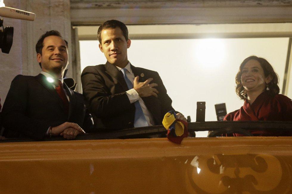El presidente de la Asamblea Nacional de Venezuela Juan Guaidó junto a la presidenta de la Comunidad de Madrid, Isabel Díaz Ayuso y el vicepresidente del gobierno regional Ignacio Aguado saluda desde el balcón de la sede de la Comunidad de Madrid a los venezolanos concentrados en la Puerta del Sol.
