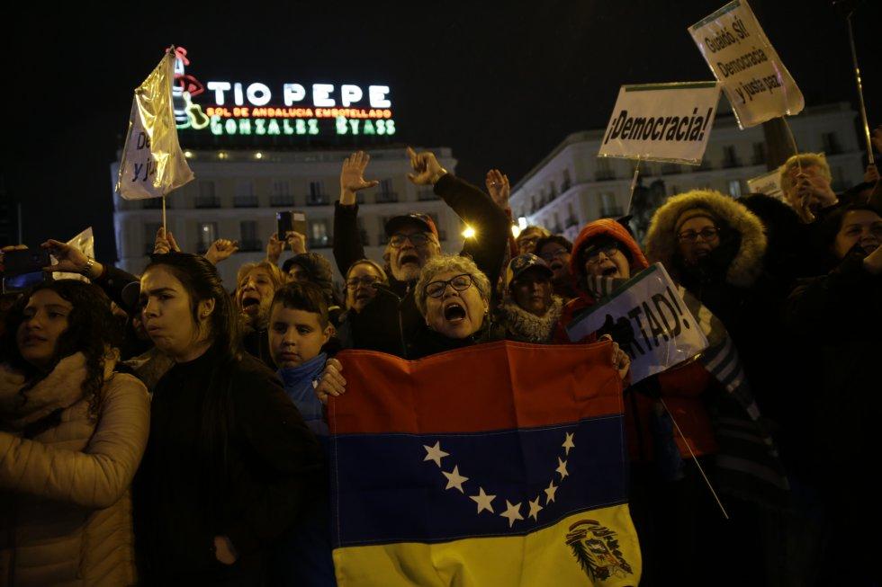 Ciudadanos venezolanos esperan en La Puerta del Sol la llegada de Juan Guaidó.