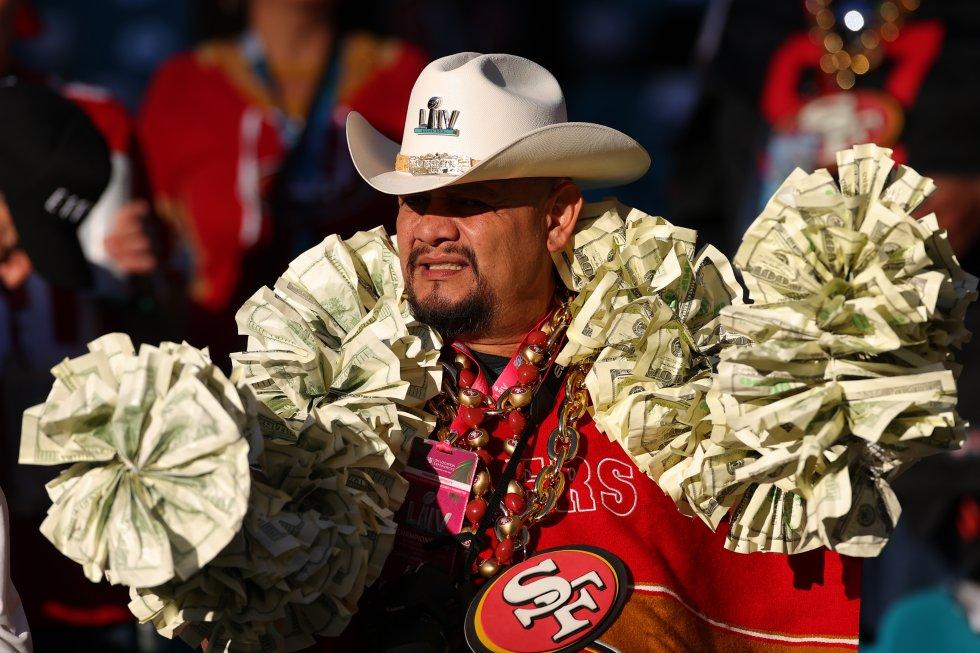 Un aficionado de San Francisco observa el partido. El equipo es apodado 49ers por la fiebre del oro en el Estado de California. Uno de los grandes hallazgos ocurrió en 1849 y los descubridores del metal fueron nombrados como los 'forty niners'.
