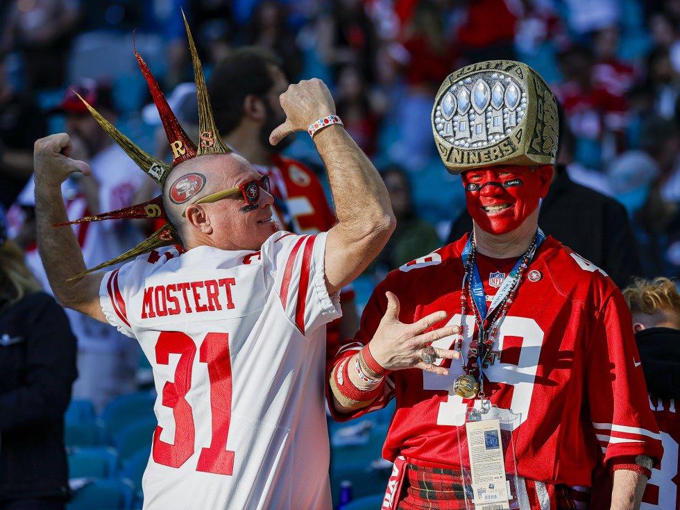 Algunos aficionados de los San Francisco 49ers, antes del partido, en las tribunas.
