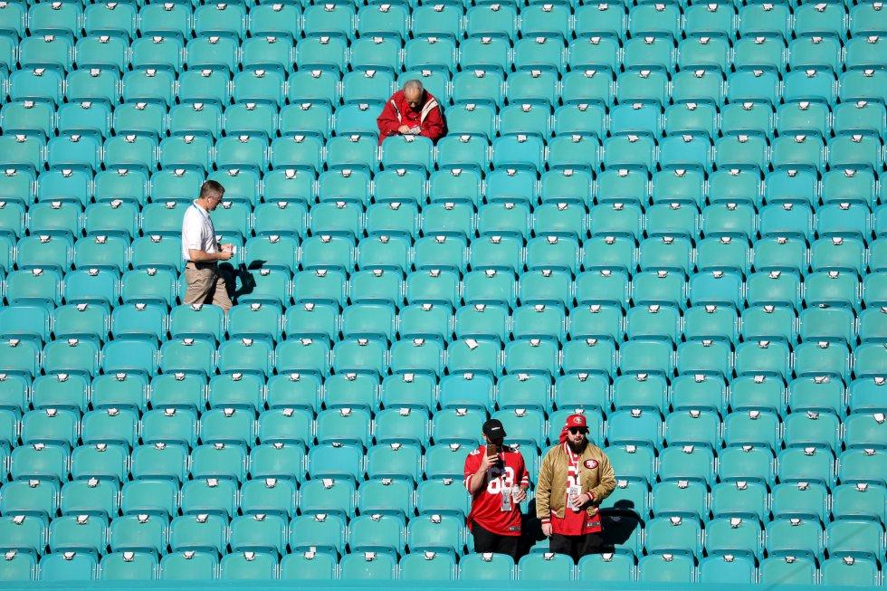 La Super Bowl LIV se celebró en el Hard Rock Stadium de Miami, en el Estado de Florida. En la foto, algunos de los primeros los asistentes a la final.