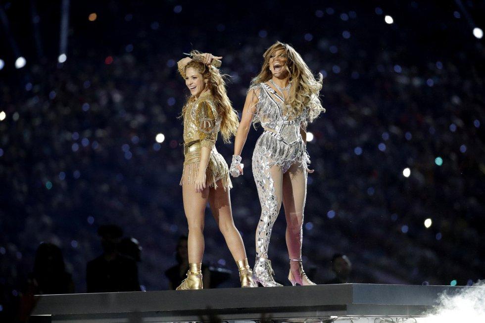 Shakira y Jennifer López, en el escenario al finalizar el concierto de medio tiempo de la Super Bowl.