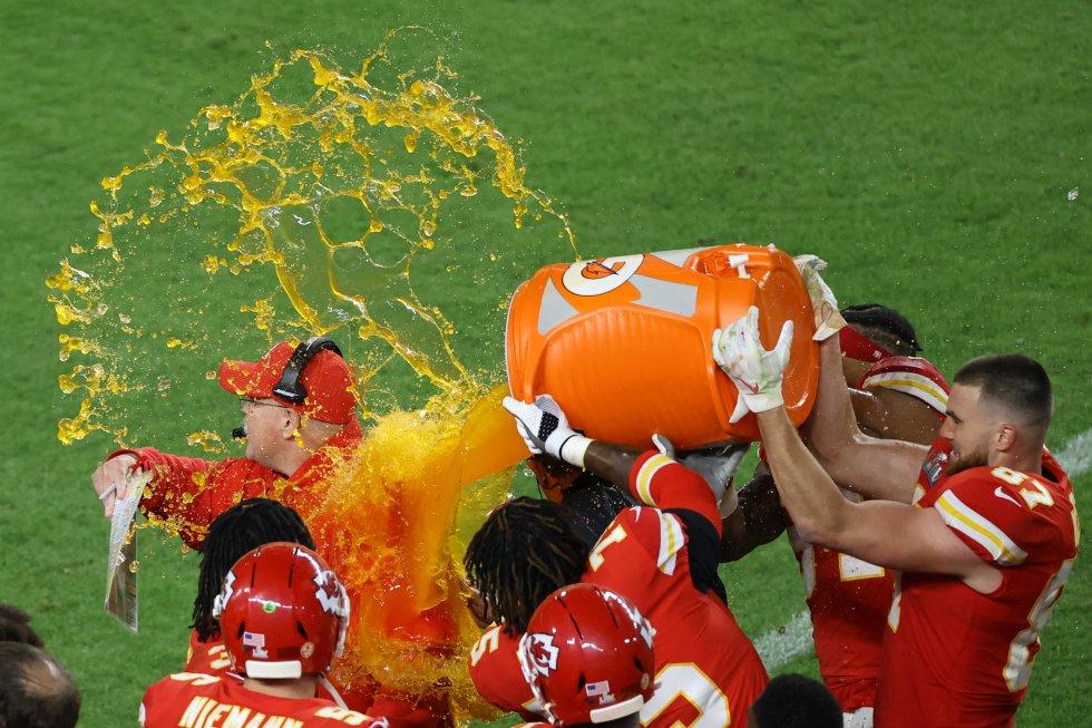 """El entrenador de los Chiefs de Kansas City, Andy Reid, recibe el tradicional """"baño"""" al entrenador."""