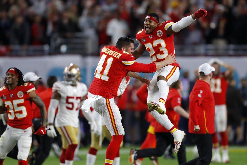 James Winchester (número 41) y Armani Watts (23) celebra después de haber vencido a los 49ers.