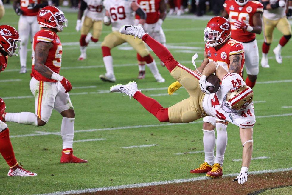 Kyle Juszczyk (número 44) de los 49ers anota contra los Chiefs al recibir un pase de 15 yardas.