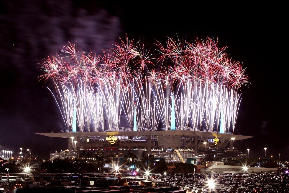 Fuegos artificiales iluminaron el Hard Rock Stadium en Miami durante el medio tiempo de la Super Bowl LIV.