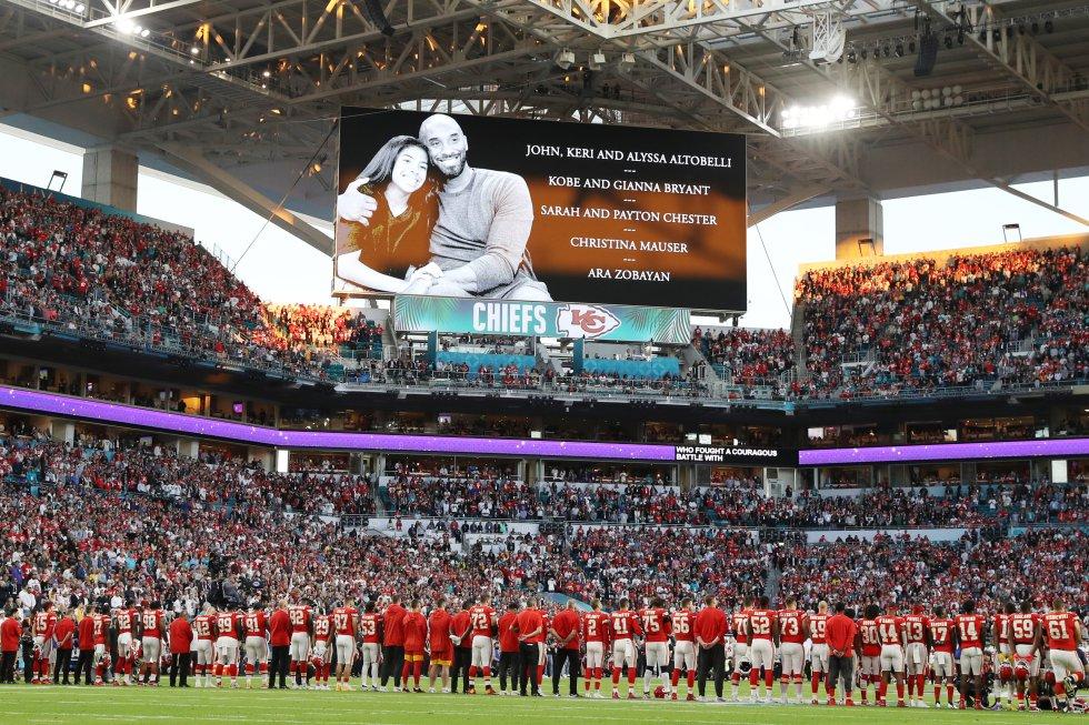 Los dos equipos de la Super Bowl LIV rindieron un homenaje al fallecido jugador de la NBA, Kobe Bryant, y a su hija, Gianna Bryant, antes del arranque del partido.