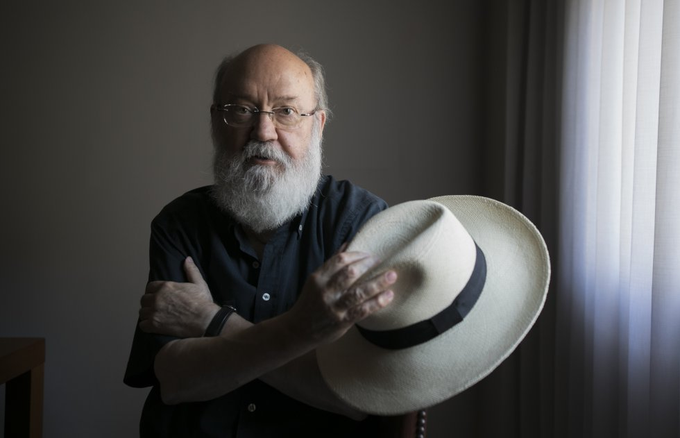 Retrato de José Luis Cuerda, en su casa de Madrid, en julio de 2017.