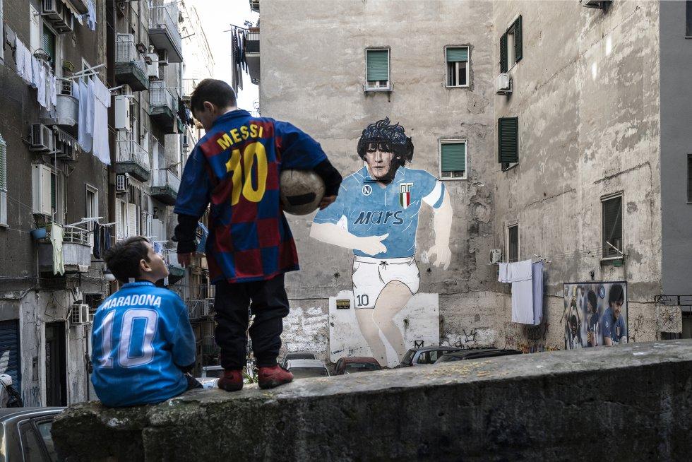 Maradona y Messi por las calles de Nápoles