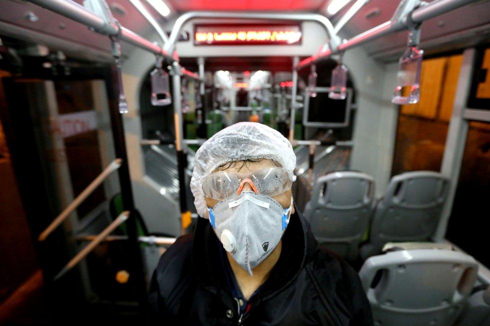 Trabalhador limpa o interior de um ônibus em Teerã (Irã) em 26 de fevereiro.