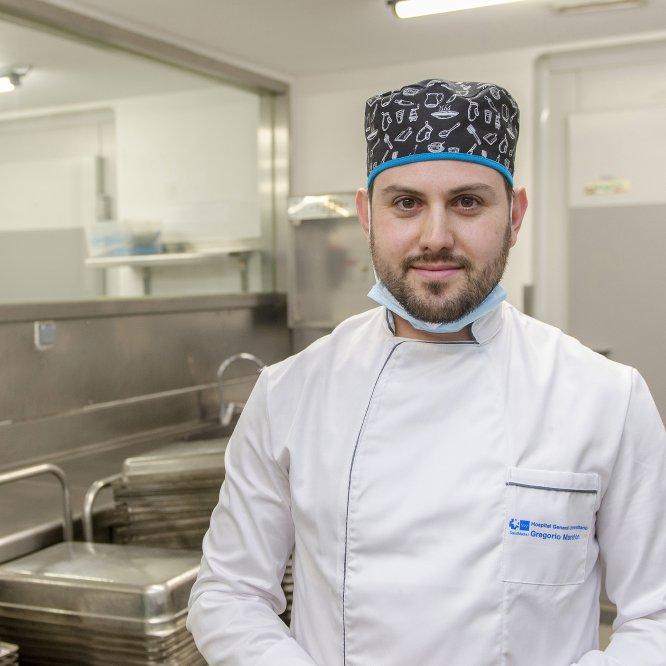 """Manuel Carrillo (35 años). Cocinero en el Gregorio Marañón (Madrid). """"Se están incrementando las partidas de platos para pacientes con coronavirus, y también para el personal que se ocupa de ellos y trabaja más horas. De este modo, los profesionales salen lo menos posible del hospital y pueden contener un poco esto""""."""
