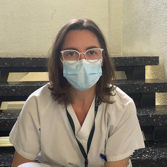 """Elena Trigo. Médica especialista en enfermedades tropicales y patología importada. Hospital La Paz-Carlos III, Madrid. La doctora Trigo hace un hueco en un día de locos. La llegada de pacientes no cesa. Y le toca estar en la trinchera: """"Justo hoy me pilláis en la lucha. Estos días me dedico a la asistencia clínica de los pacientes positivo y de las personas sospechosos de padecer la enfermedad"""". Añade que ella y sus colegas están ocupados en """"mejorar la asistencia a los pacientes y a los familiares de aquellos que pueden fallecer por esta enfermedad"""". Lo hacen """"para dignificar y humanizar"""" la situación."""
