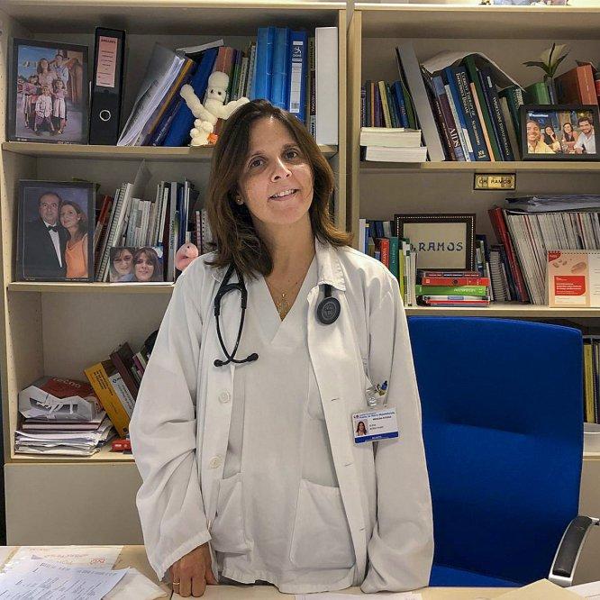 """Elena Muñez Rubio, médica de la unidad de enfermedades infecciosas en el Hospital Universitario Puerta de Hierro, en Majadahonda (Madrid). """"Dada la dimensión del problema, estamos reclutando profesionales de otras especialidades"""", cuenta."""