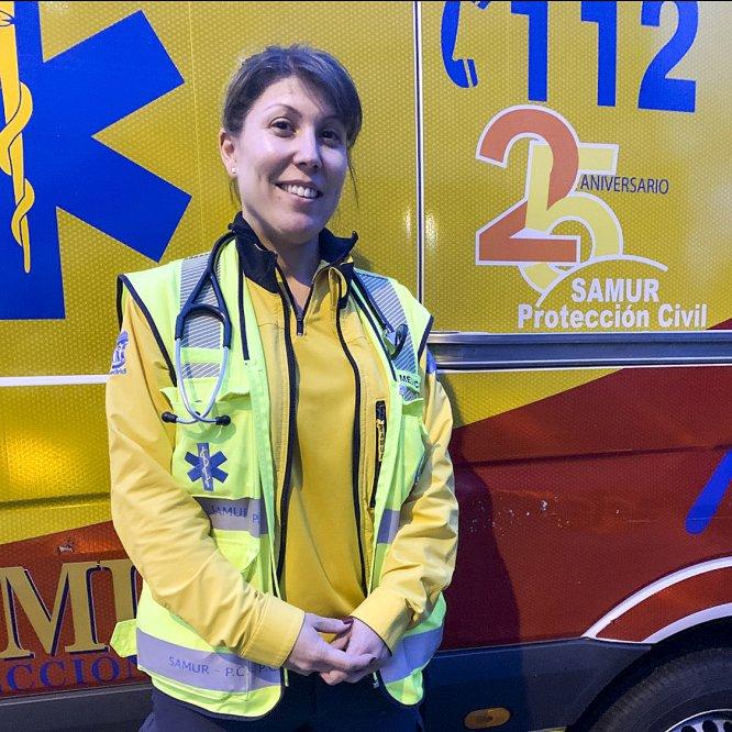 """María Jesús Matías (37), médica de Emergencias en el Samur de Madrid. Vive la crisis a bordo de una ambulancia. Dice que le envuelve la incertidumbre: """"Sobre todo por no saber cómo evolucionará esto"""". Siente """"inmenso orgullo"""" por los profesionales sanitarios que están dando no el 100%, sino """"el 200%""""."""