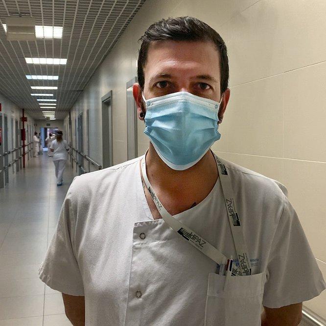 """Jorge López. celador del Hospital La Paz, Madrid. """"Nos encargamos de gestionar la plantilla de celadores para que todos los servicios y todos los pacientes puedan ser atendidos y tratados a la mayor brevedad"""", explica."""