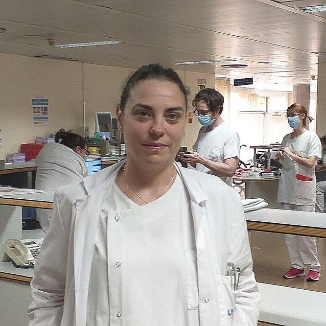 """Ana Vegas (43), infectóloga del Hospital Universitario de Alcorcón (Madrid). Ha atendido a pacientes desde que empezó el brote en su centro: """"Ha sido tan rápido que nos ha pillado a todos desprevenidos"""", dice. A pesar de ello y de las dificultades mantiene el optimismo."""