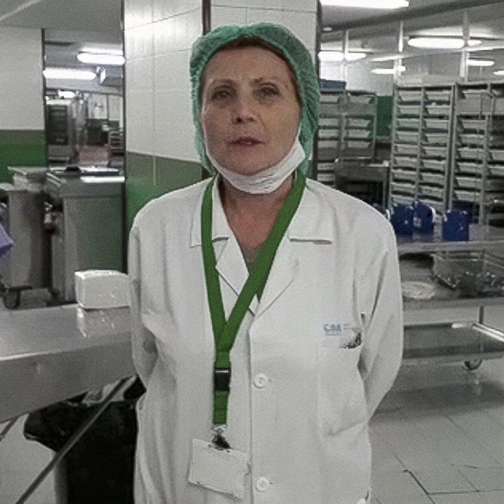"""Georgina Mínguez Saiz (63). Jefa de servicio de hostelería del Hospital Ramón y Cajal (Madrid). Explica su misión durante el mayor reto sanitario al que se ha enfrentado el mundo en décadas: """"Nos dedicamos a apoyar en estos momentos difíciles a los compañeros sanitarios y a cuidar a nuestros pacientes, igual que siempre""""."""