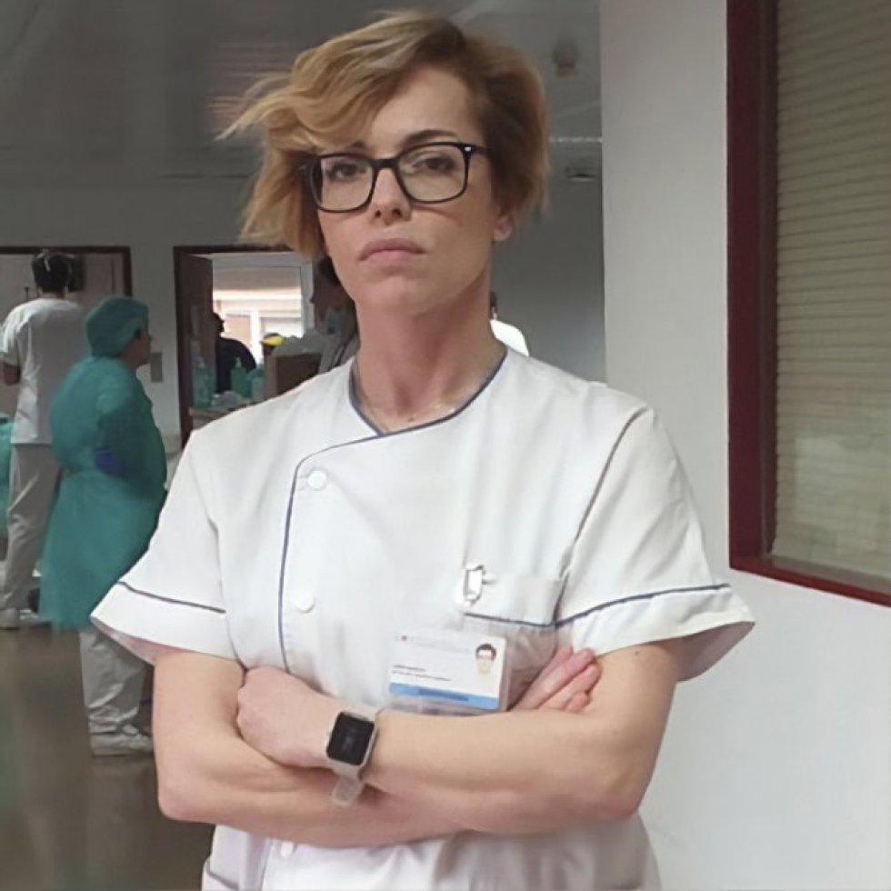 """Pilar Arribas (42). Enfermera, supervisora de hospitalización de medicina Interna en el Hospital Universitario Fundación Alcorcón (Madrid). En 22 años de experiencia no había vivido nada igual. Su unidad se ha convertido en una """"unidad Covid"""". Se encarga de organizar turnos, de que haya suficiente material de trabajo y de verificar que se sigan con escrupulosidad los protocolos de seguridad para el tránsito entre """"la zona caliente"""" (de infectados) y la """"zona templada"""" (en principio, libre de patógenos). """"Estamos preparados. Vamos a poder con el virus"""", concluye."""