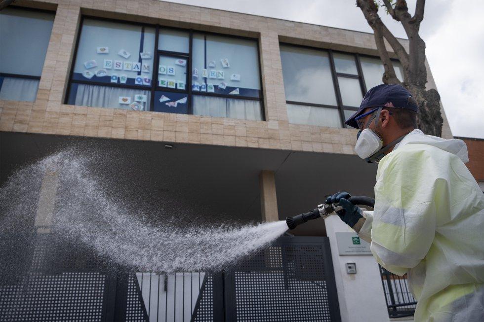 Un operario desinfecta el exterior de la Residencia Joaquín Rosillo, en San Juan de Aznalfarache (Sevilla), en la que han fallecido 24 personas mayores.