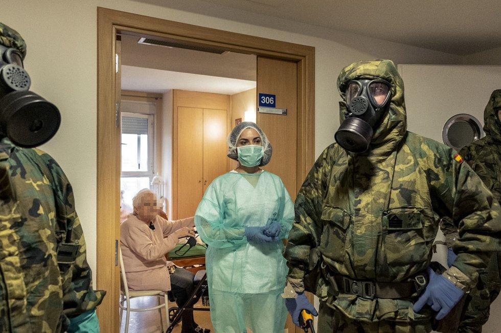 Una treintena de militares de la Brigada Paracaidista de Alcalá de Henares, a las afueras de Madrid, llegan con sus equipos NBQ (defensa nuclear, biológica y química) para descontaminar una residencia de personas mayores.