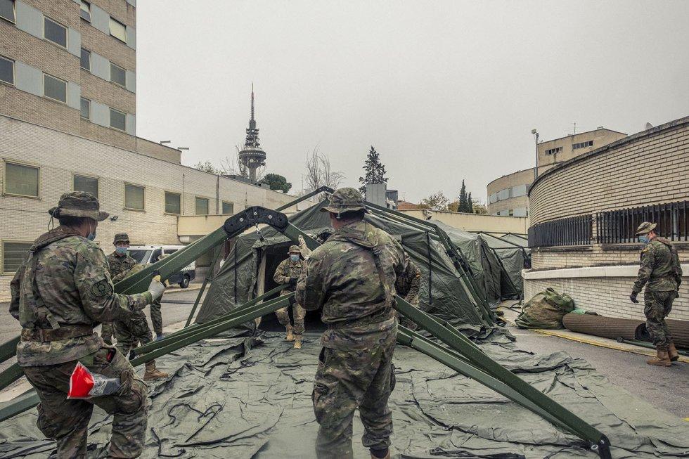 Hospital Gregorio Marañón de Madrid. Los soldados del Mando de Ingenieros de Salamanca comienzan a montar un servicio de urgencias para descongestionar el saturado centro médico.