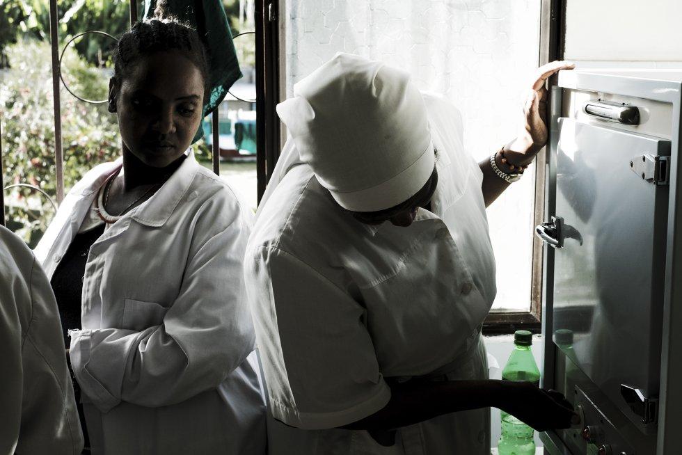Debido a la falta de personal médico, la población aislada de las zonas rurales del sur de Etiopía depende de los servicios proporcionados por unos cuantos médicos misioneros que atienden en lugares alejados. La hermana Kabbabousch y su asistente esterilizan sábanas quirúrgicas tras una serie de operaciones oftalmológicas en el Centro de Salud Católico de Wasserà. El centro está gestionado por las monjas de la misión franciscana local.