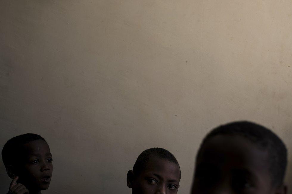 Un grupo de alumnos espera que les examinen la vista en el colegio St. Clare de Wasserà. La escuela, al igual que a clínica de salud de la región, está liderada por la orden franciscana, y se encarga de la escolarización, del material escolar y de la asistencia sanitaria de los niños y jóvenes más vulnerables.