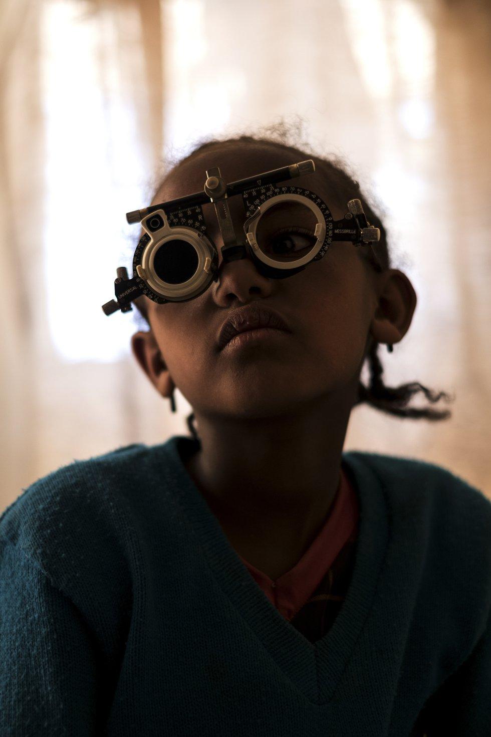 La mitad de las afecciones oftalmogógicas que sufre la población en Etiopía, como la discapacidad visual parcial, así como las carataratas y el glaucoma, son evitables. En la imagen, una estudiante durante un examen oftalmológico en el colegio St. Clare de Wasserà.