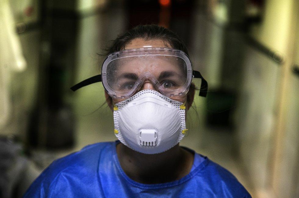 Patricia, enfermera de la unidad de Medicina Intensiva del Hospital Gregorio MArañón tras salir de una habitación de atender a un paciente con coronavirus.