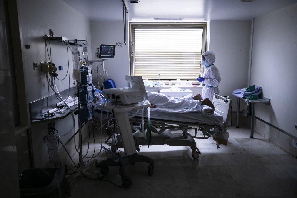 En el Marañón, como en el resto de hospitales de Madrid, las unidades de cuidados intensivos han sido el punto crítico: allí viven o mueres los pacientes más graves, los que no pueden respirar por sí mismos. Algunos de ellos necesitan de una maniobra de pronación, es decir, mantenerse bocabajo para disminuir la presión sobre los pulmones y facilitar la respiración. Esta técnica, una de las más complicadas de Intensivos, requiere de una destreza extrema para que, al dar la vuelta al paciente, no haya ningún fallo en la intubación ni en el resto de vías y cables que lo mantienen conectado al respirador que registra todas sus constantes. En la imagen, un paciente pronado en una habitación de UCI del Gregorio Marañón.