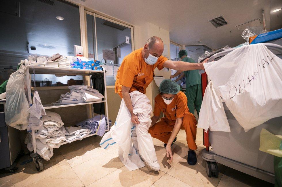 Un celador de la UCI se prepara para entrar en una de las habitaciones para ayudar a mover a sus compañeros a un paciente con obesidad. El exceso de peso es uno de los factores que pueden favorecer el empeoramiento de la enfermedad.