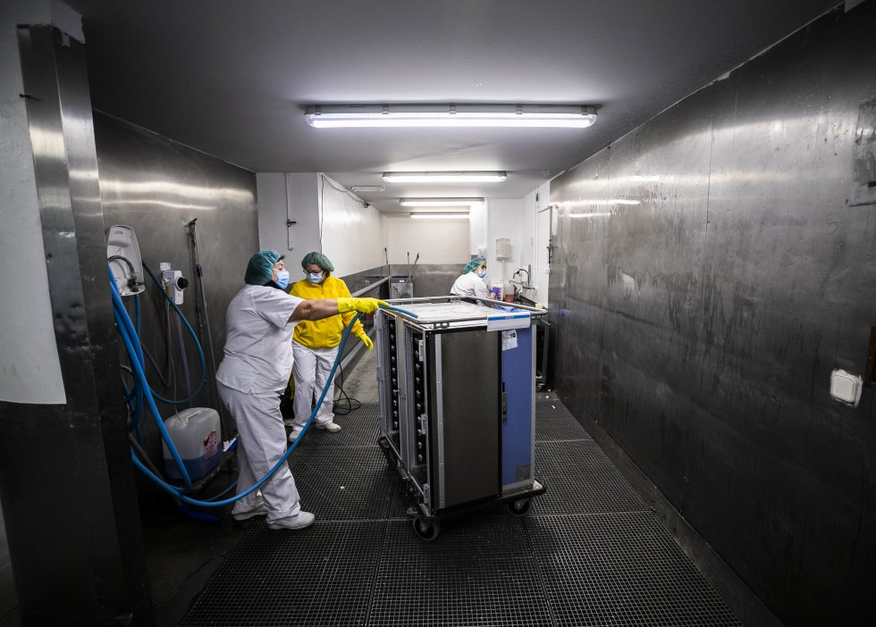 Zona de lavado de carros de comida. En las cocinas existe una cuidada cadena de trabajo que agiliza mucho la recepción de bandejas sucias y se asegura la higiene con una limpieza minuciosa.