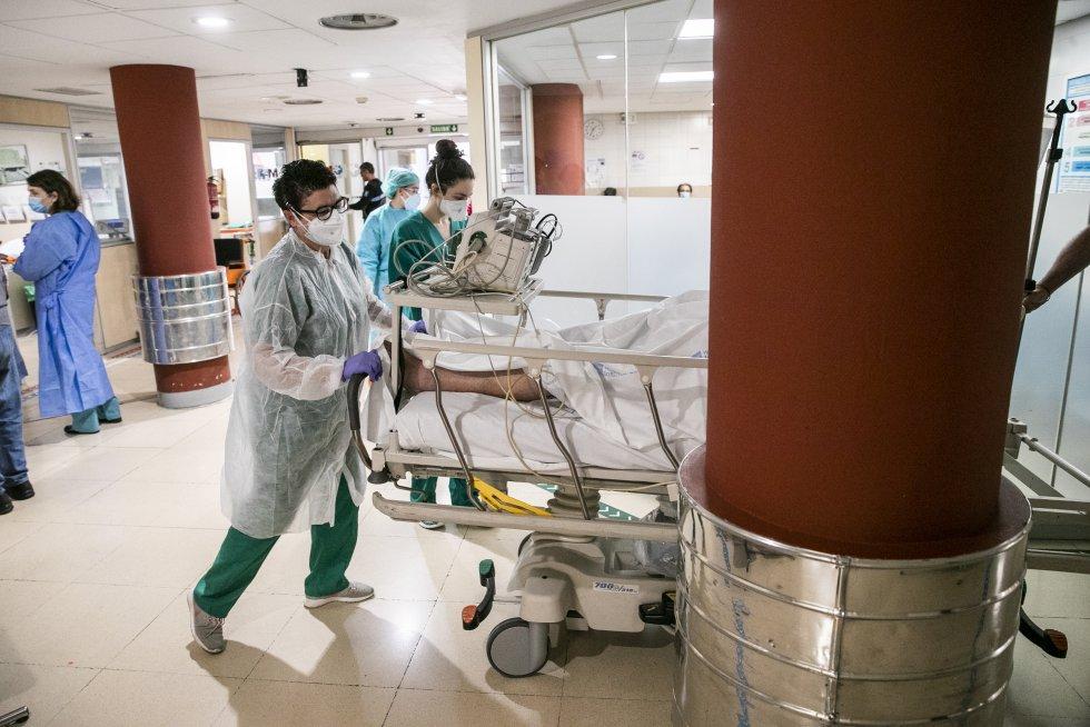 Recepción de un enfermo llegado en ambulancia en urgencias.
