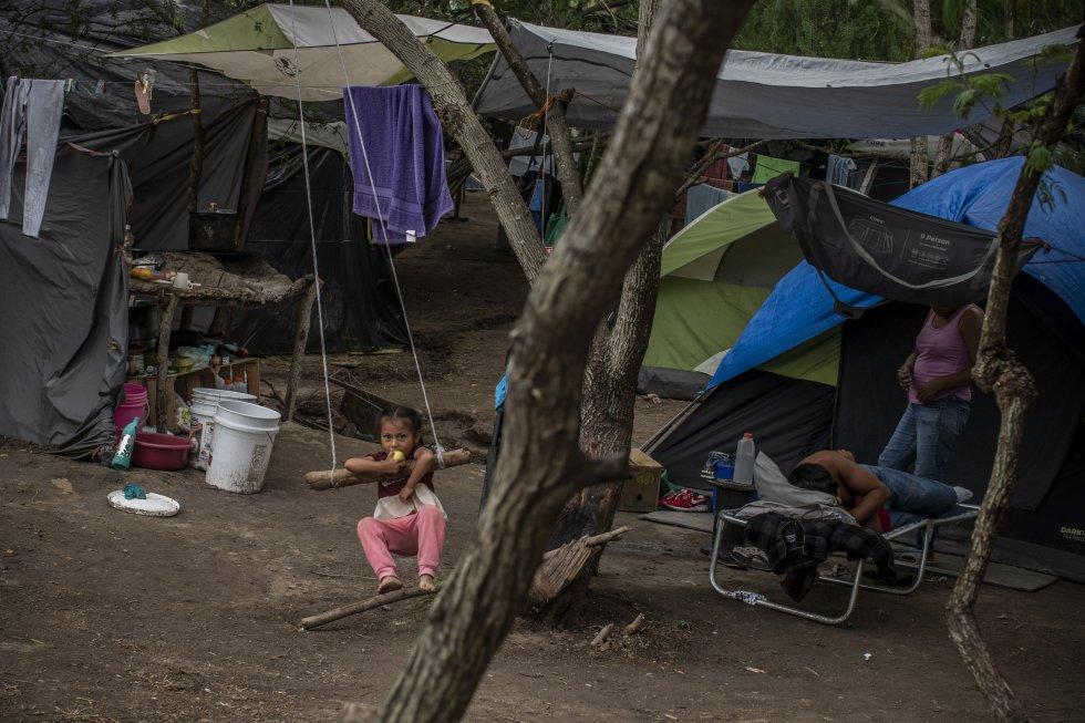 El campamento está conformado sobre todo por familias enteras. Es poco común ver hombres o mujeres sin compañía. La mayoría de las personas que hicieron el viaje solas alcanzaron a cruzar o fueron repatriadas a sus países de origen.
