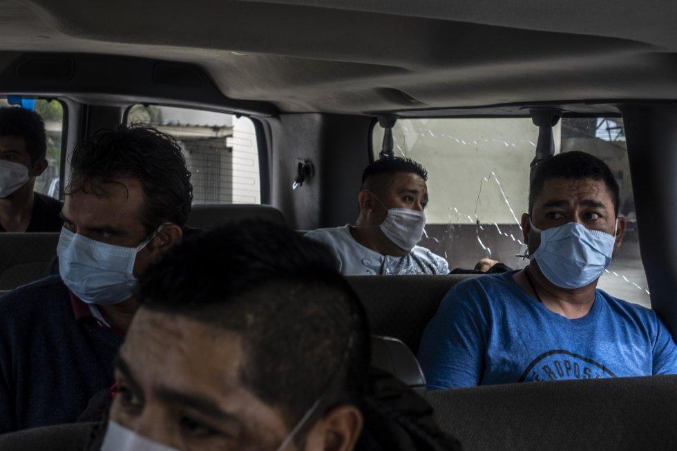Un grupo de mexicanos deportados desde las cárceles de detención en Estados Unidos viajan en una camioneta de migración que los llevará al autobús de regreso a Ciudad de México. Desde allí, tendrán que buscarse los medios para volver a sus pueblos de origen.